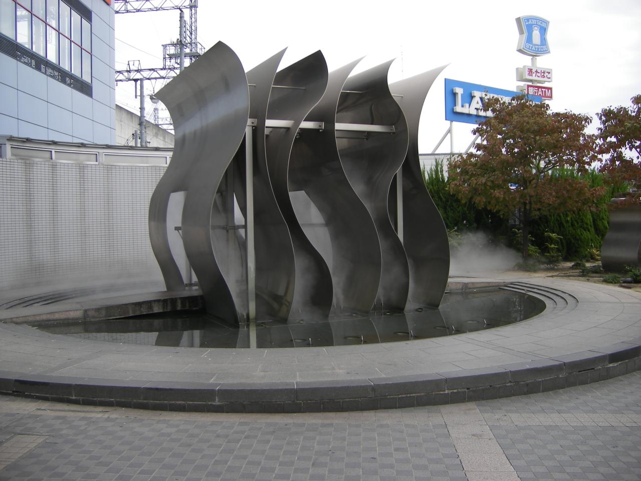 岸和田駅ロータリーのオブジェ。実はホールと反対側