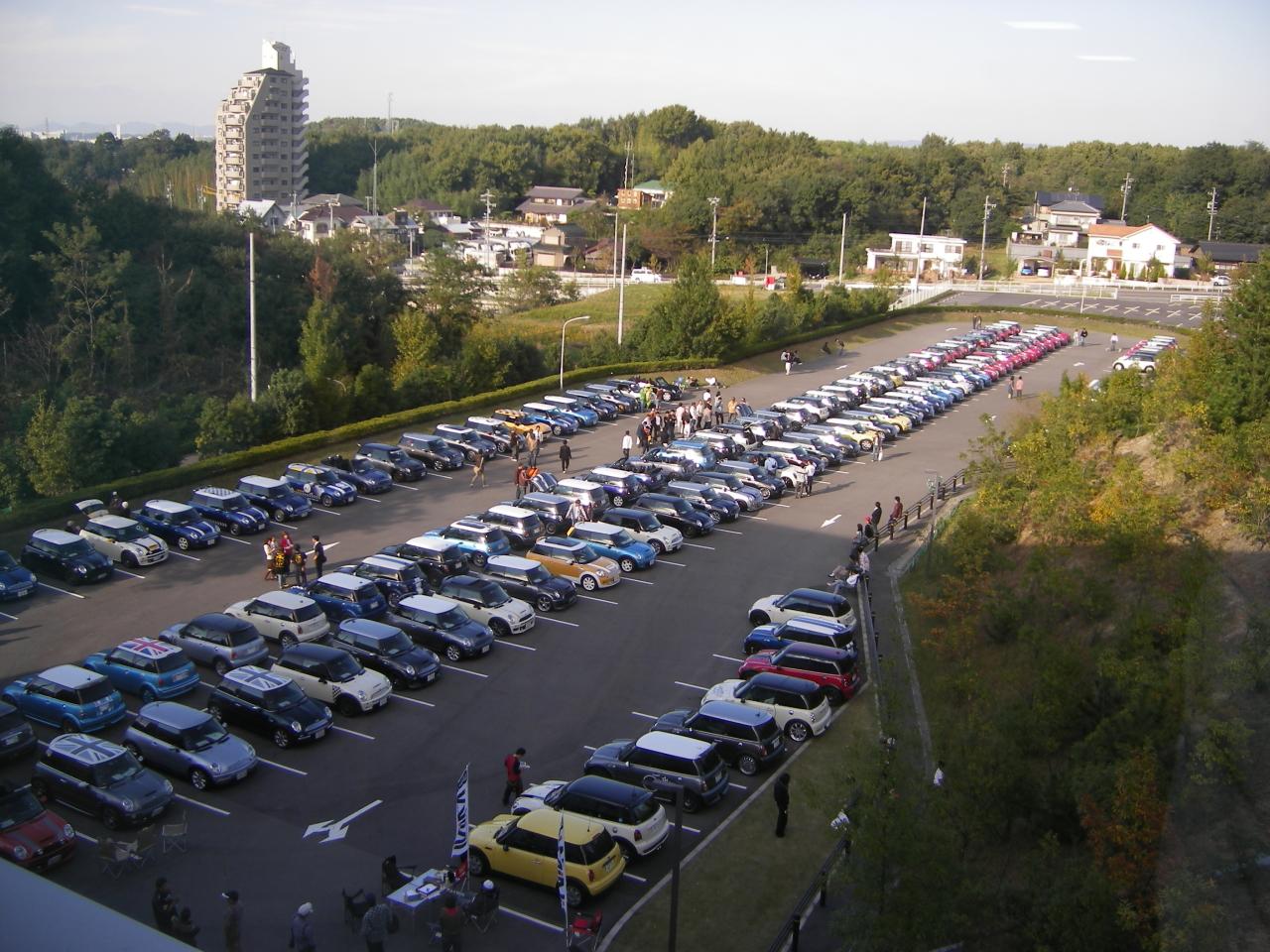 駐車場いっぱいのミニ